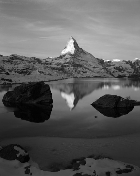 Searching the camera position, choice of a lens, focusing, etc.. was done beforehand the moment when the sun touches Matterhorn